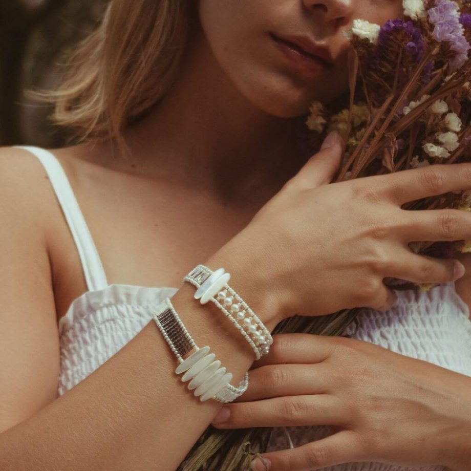 The Boa bracelet is a long, thin bracelet that is wrapped two or three times around the wrist-Bracelet BOA TETHIS Pearl